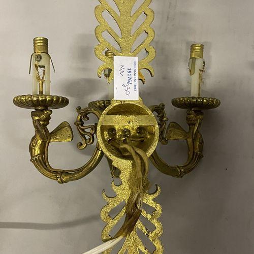 PAIRE D'APPLIQUE en bronze doré et patiné à trois bras de lumières décor de palm…