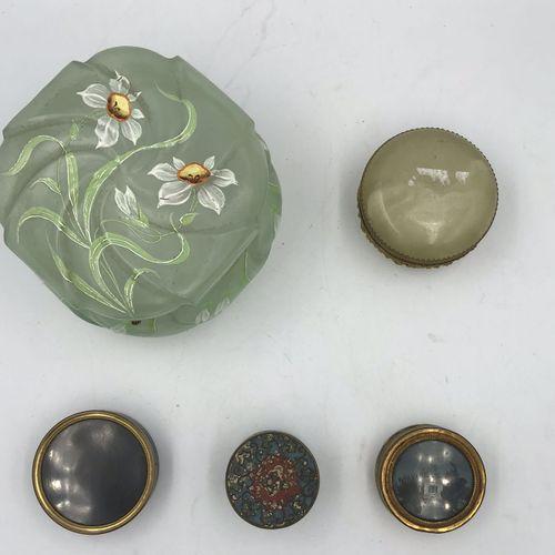 Lot comprenant : Lot comprenant :   BOITE en verre vert clair et décor floral mé…
