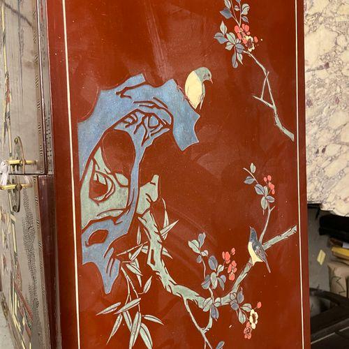 MEUBLE DE RANGEMENT en bois laqué à décor de volatiles dans des branchages fleur…