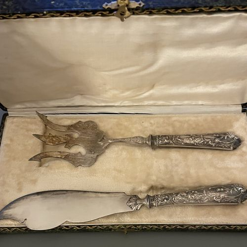 SERVICE A POISSON manche en argent fourré à décor de chardons, pelle et couteau …