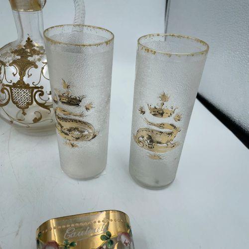 Lot comprenant trois flacons en verre à décor fleuri doré, moulin et bateau à vo…