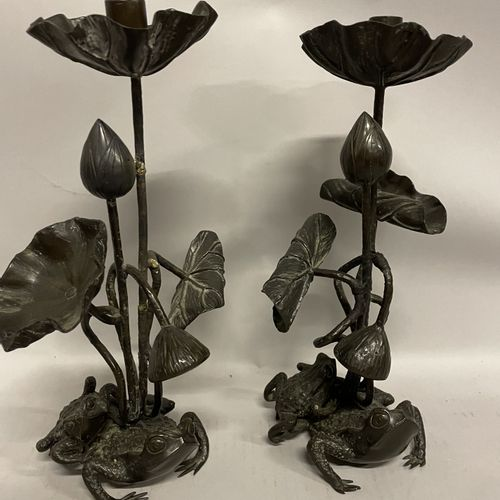 DEUX BOUGEOIRS en bronze patiné grenouilles et nénuphars DEUX BOUGEOIRS en bronz…