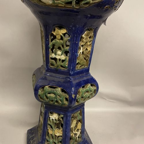 SELETTE en terre cuite à décors floral ajourés. Hauteur 74 diamètre 36. Il repos…
