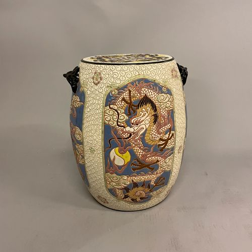 TABOURET en céramique émaillée polychrome à décor de dragons, volatiles et tortu…