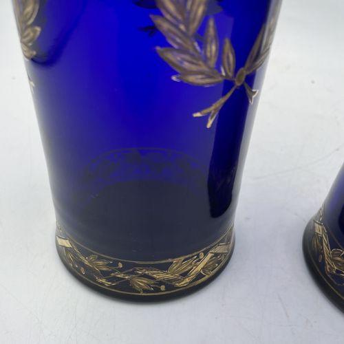 DEUX VASES cylindriques en verre bleu foncé à décor doré de couronne de laurier …