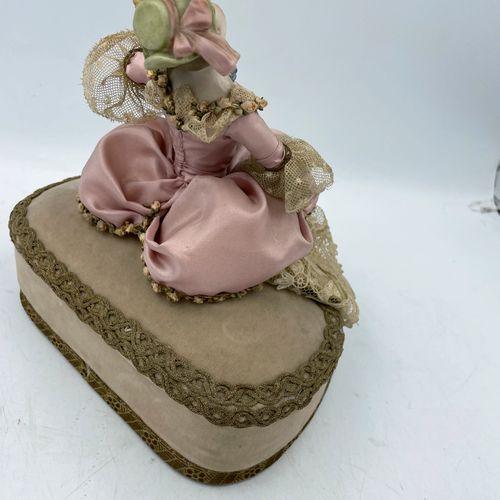 Lot comprenant : Lot comprenant :  Jeune femme aux fleurs et au chapeau sur son …