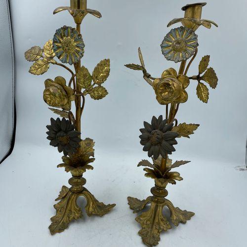 DEUX BOUGEOIRS en métal doré à décor en relief de fleur et feuillages reposant s…