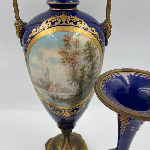 GARNITURE DE CHEMINEE comprenant : un vase en porcelaine à décor de paysage dans…