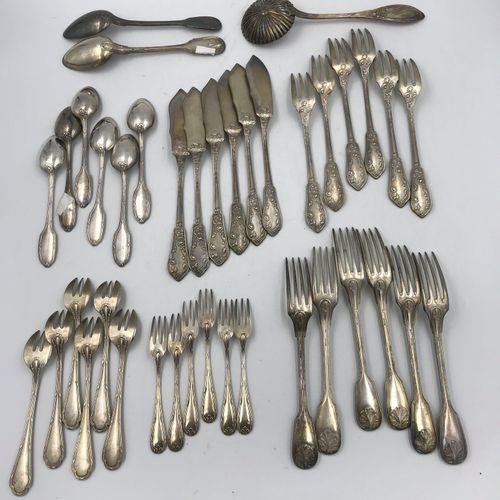 Lot comprenant : Lot comprenant :   SIX COUVERTS A POISSON en métal argenté à dé…