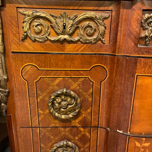 COMMODE à léger rehaut centrale en bois de plaquage marqueté de losanges en bois…