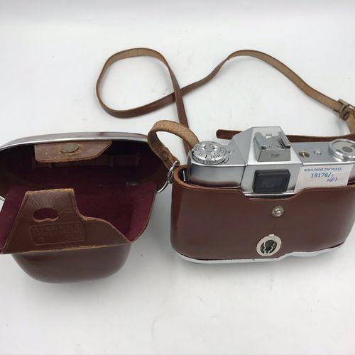 Lot de deux appareils photos dans leur étui de cuir: Lot de deux appareils photo…