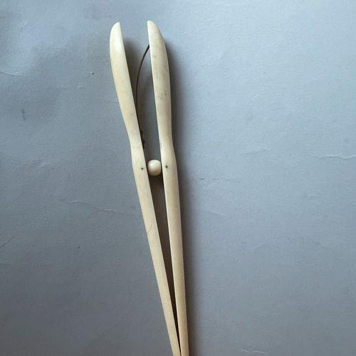 Lot comprenant : Lot comprenant :   CROIX en placage d'ivoire à décor en relief …