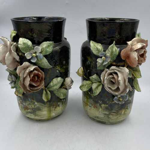 PAIRE DE VASES en céramique émaillé à décor en relief de fleurs PAIRE DE VASES e…