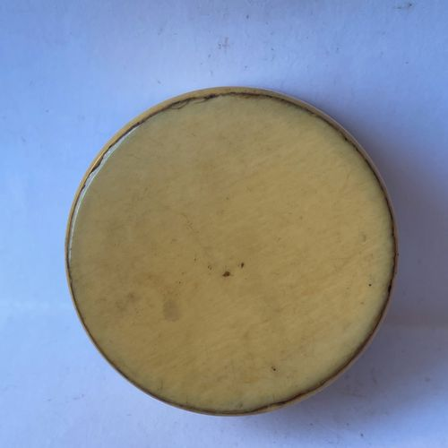 Lot comprenant : Lot comprenant :   BOITE RONDE en ivoire orné d'une miniature o…