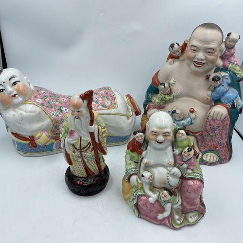 Lot de quatre statues asiatiques dont trois en porcelaine et une en biscuit. Fam…