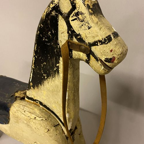 CHEVAL DE PARQUET en bois sculpté. Peint CHEVAL DE PARQUET en bois sculpté. Pein…