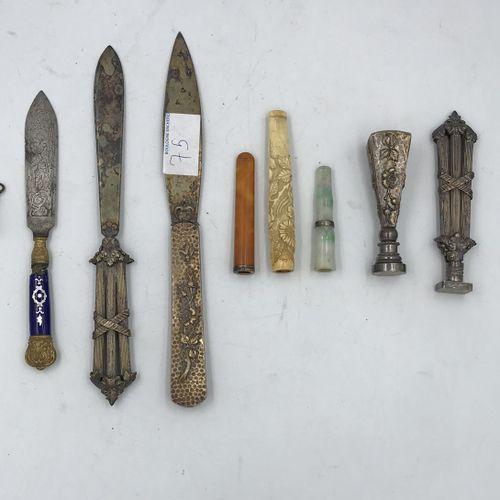 Lot comprenant : Lot comprenant :   COUPE PAPIER et SEAU en métal à filets enrub…