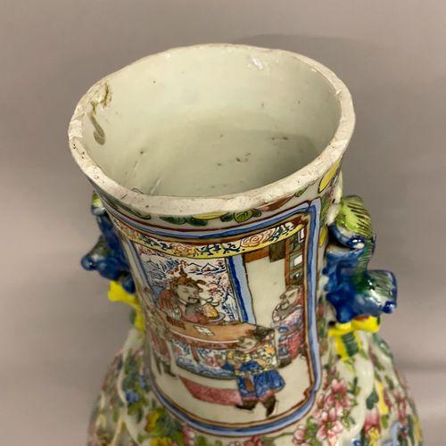 VASE en porcelaine polychrome à décor de scènes de guerriers et des scènes de pa…