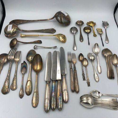 Lot en métal argenté dépareillé comprenant : couteaux, louches,petites cuillères…
