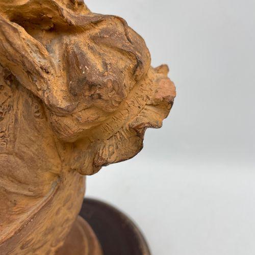 BUSTE DE JEUNE FILLE en terre cuite reposant sur un socle en bois naturel, porta…