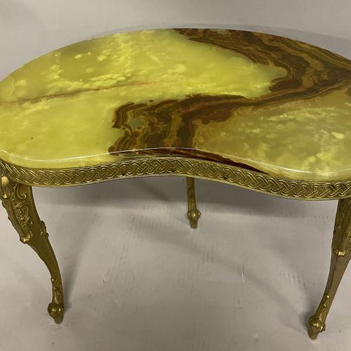 PETITE TABLE BASSE de forme rognon en métal doré à trois piedds cambré et dessus…