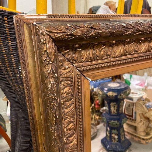 IMPORTANT miroir en bois et stuc doré à guirlande de laurier, feuilles d'acanthe…