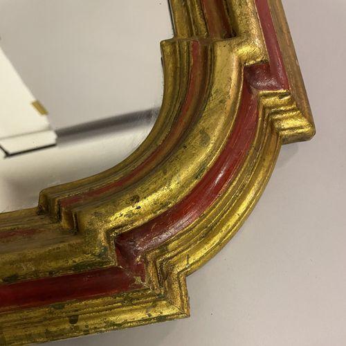 MIROIR dans un encadrement en bois doré et rouge MIROIR dans un encadrement en b…