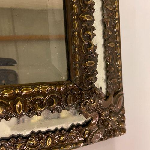 MIROIR A PARECLOSES en bois et métal doré et rouge surmonté d'un fronton à décor…