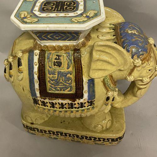 ELEPHANT en céramique émaillée polychrome formant sellette ELEPHANT en céramique…