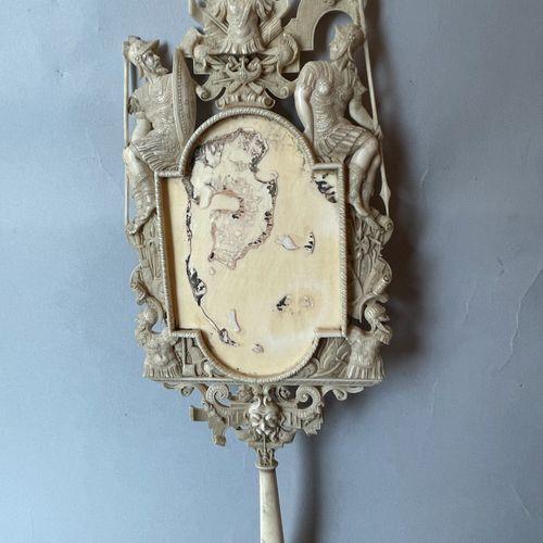 FACE A MAIN en ivoire sculpté à décor FACE A MAIN en ivoire sculpté à décor