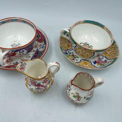 MINTON MINTON  Deux tasses, deux sous tasses et deux petits pots à lait en porce…