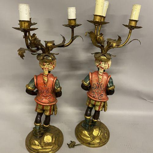 DEUX NUBIENS en bois polychromes surmontés de trois bras de lumières en métal do…