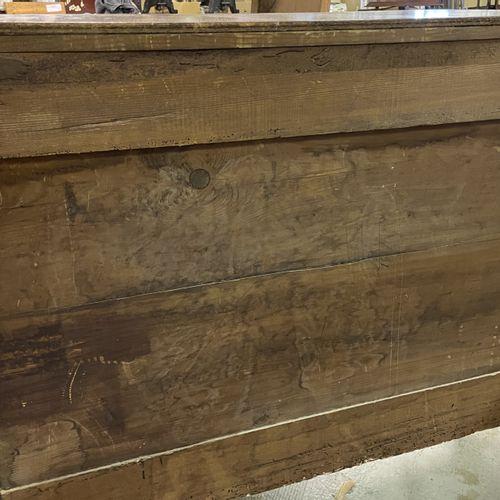 COMMODE à léger rehaut central en bois naturel ouvrant à trois tiroirs et reposa…
