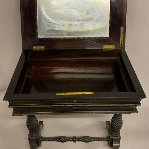 TABLE DE MILIEU dite travailleuse en bois noirci à décor marqueté en corne imita…
