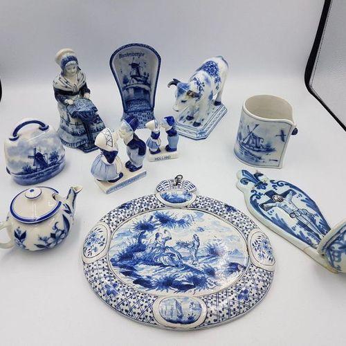 *Lot en porcelaine ou faience dans le goût de Delft comprenant : *Lot en porcela…
