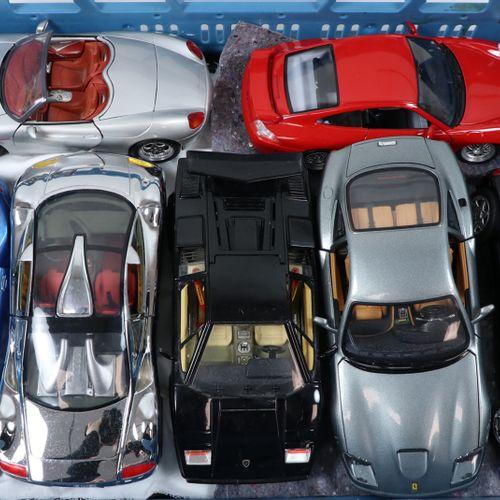 Auto's about 15 model cars, scale 1:18, Burago, Maisto etc. Many Ferrari diverse…