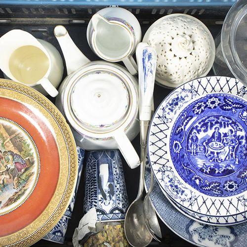 Porcelaine, faïence, etc. Tasses en porcelaine à décor chinois, assiettes murale…