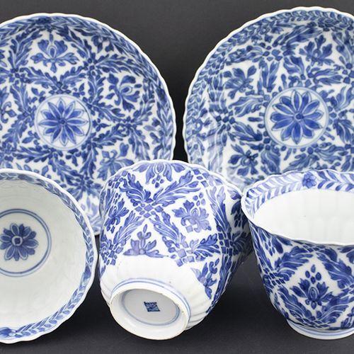 Art et objets d'Asie Paire de tasses et soucoupes en bleu et blanc et une seule …