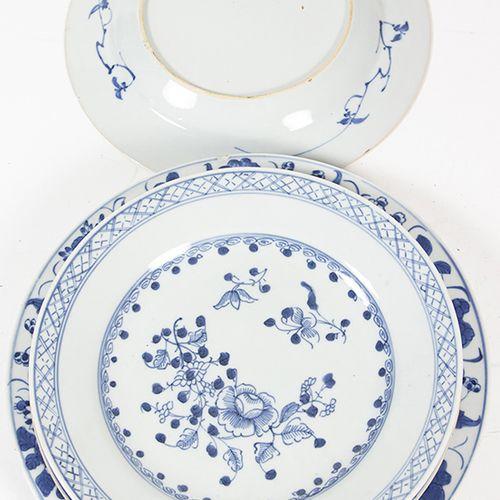 Art et objets d'Asie Quatre assiettes en porcelaine de Chine décorées de fleurs …