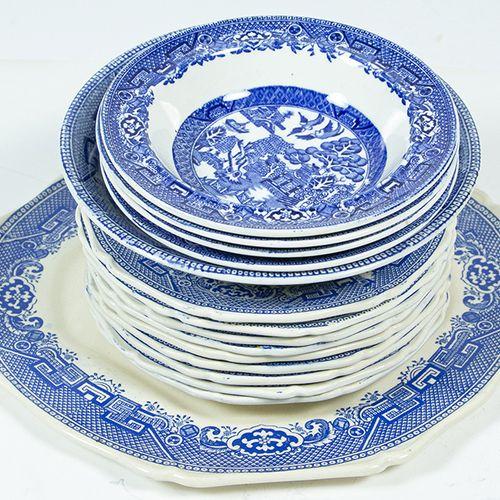 Porcelaine, faïence, etc. Un nombre mixte de bols et d'assiettes en saule patern…