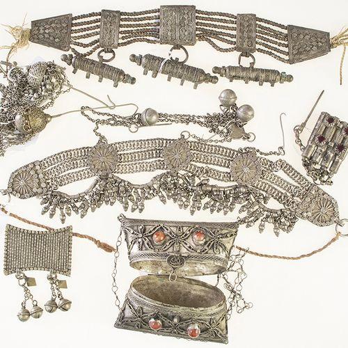 Ethnographie Deux colliers en métal, sac, etc. De style ottoman.