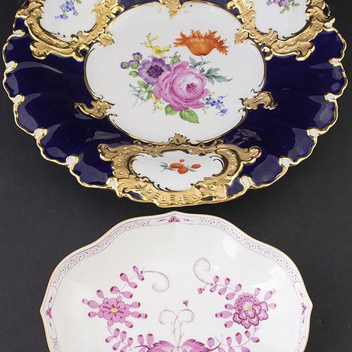 Porcelaine, faïence, etc. Plat Meissen partiellement bleu cobalt et doré à motif…