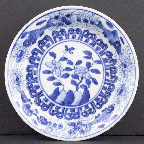Art et objets d'Asie Petit plat chinois décoré de poissons et de fleurs en bleu …