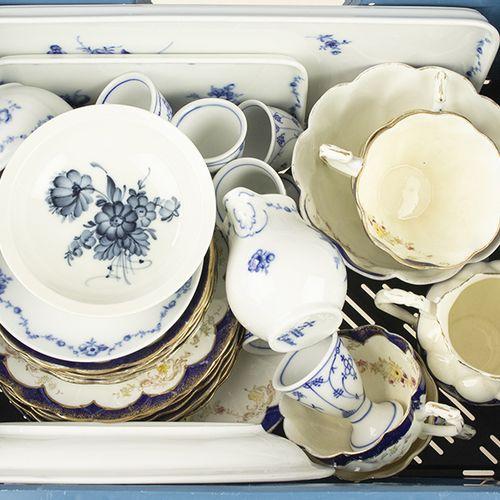Porcelaine, faïence, etc. Tasses à thé, coquetiers, assiettes en porcelaine, don…