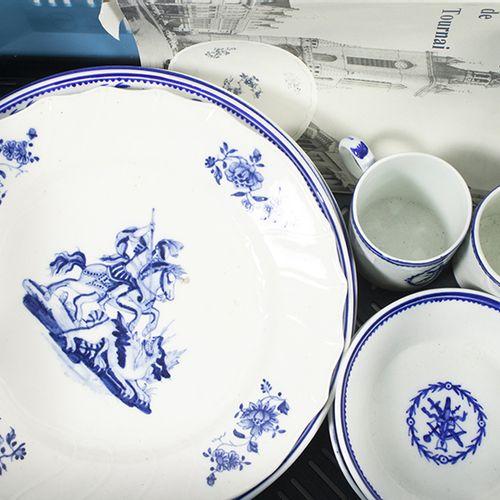 Porcelaine, faïence, etc. Cinq assiettes et deux tasses et soucoupes en porcelai…