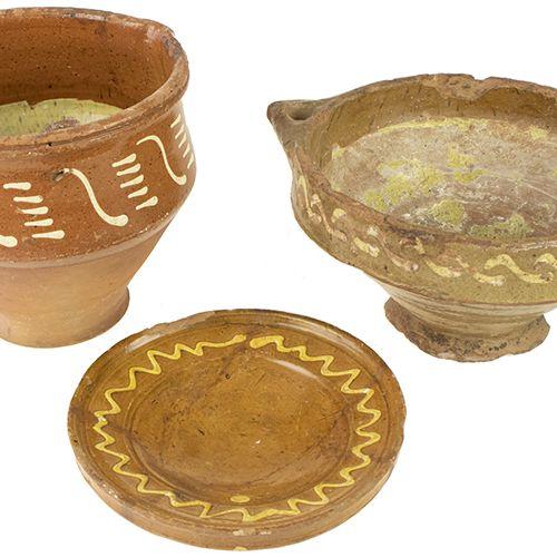 """Porcelaine, faïence, etc. Trois récipients en poterie frisonne vernissée """"slib"""" …"""