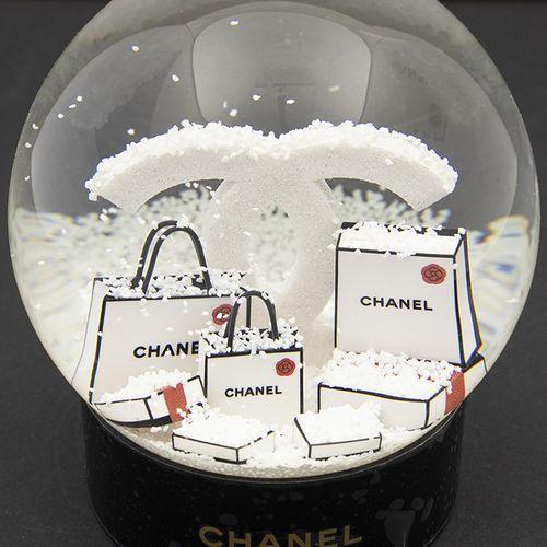 Verrerie Divers Boule à neige en verre sur base ronde en plastique noir, en boît…