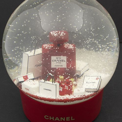 Verrerie Divers Boule à neige en verre sur base ronde rouge, Chanel No 5, foncti…