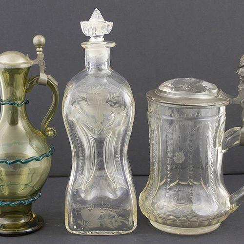 玻璃器皿 杂项 1876年切割水晶啤酒杯,带锡制框架,带蚀刻花纹的挤压瓶和橄榄色玻璃壶,带蓝绿色带和锡制框架,都是19世纪第四季度 不同的品质。