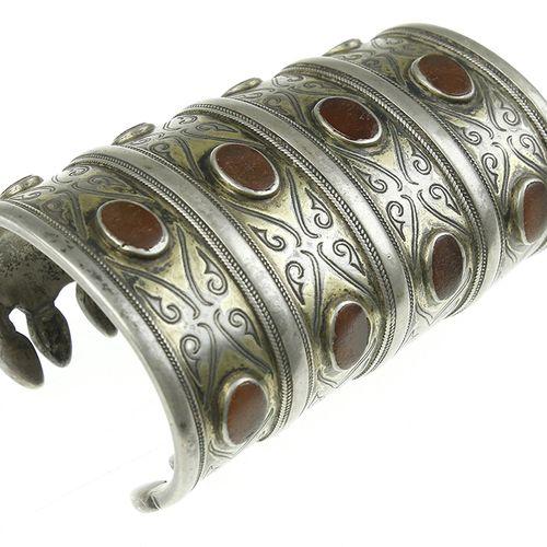 Art et objets d'Asie Bracelet manchette en argent partiellement doré, serti de c…